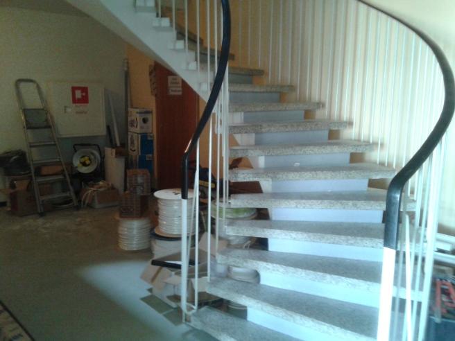 Nere i trapphuset ser det ut så här och i varje våning finns såväl bråte som nya grejer som ska in till bostäderna.