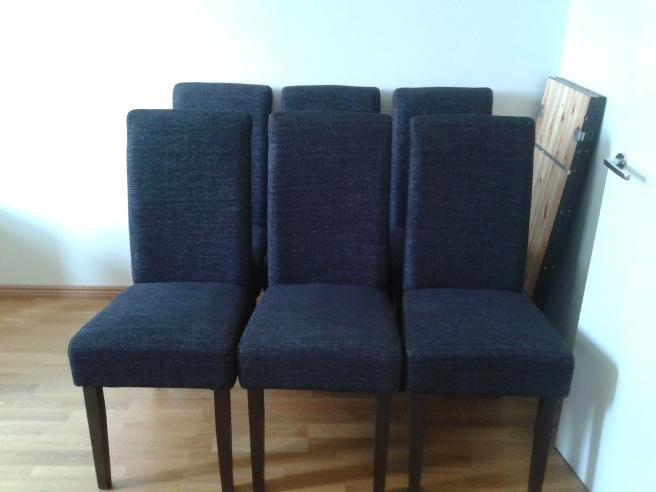 De sex stolarna till mitt stora mörkbruna matsalsbord väntar ännu inne i arbetsrummet.