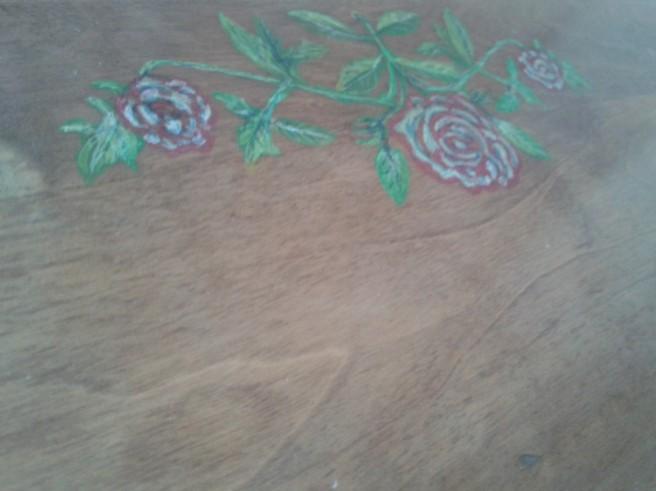 Små diskreta dekorationer har målats på ytan. Vet inte om de höjer eller sänker värdet men för mig spelar det ingen roll.