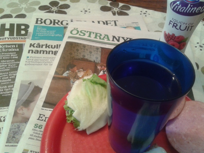Dagens tidningar och enkelt frukost.