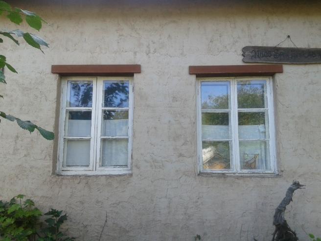I all sin enkelhet är fönstren fina och väggen likaså.