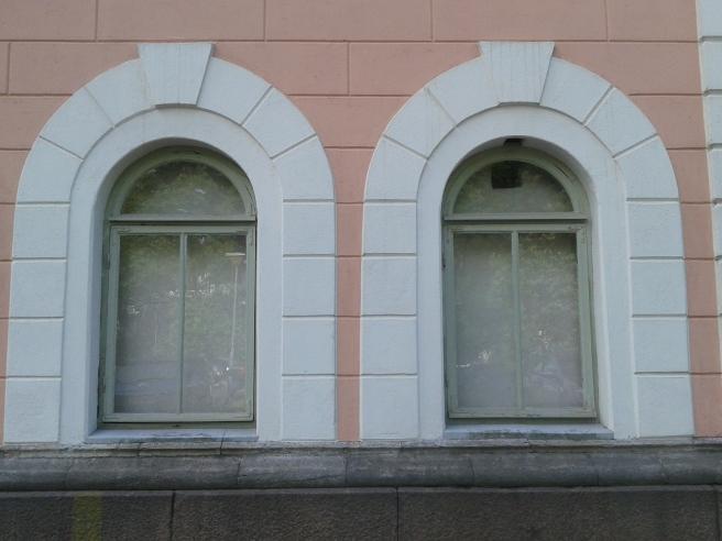 Fönster som vetter mot rådhusets gård.