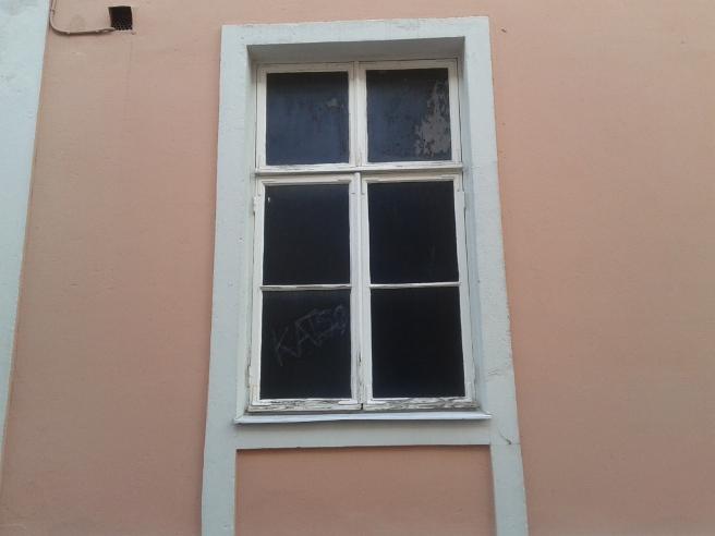 Fönster vid infarten till Alexandersgården i Lovisa.