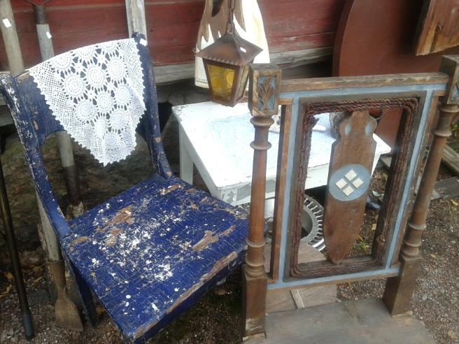 Härliga gamla slitna stolar. Och bordet som står där bakom, det köpte jag.