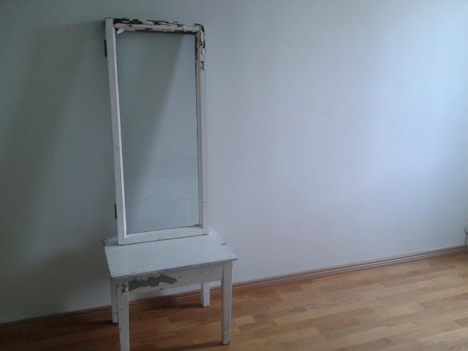 Gammalt fönster, gammalt bord.