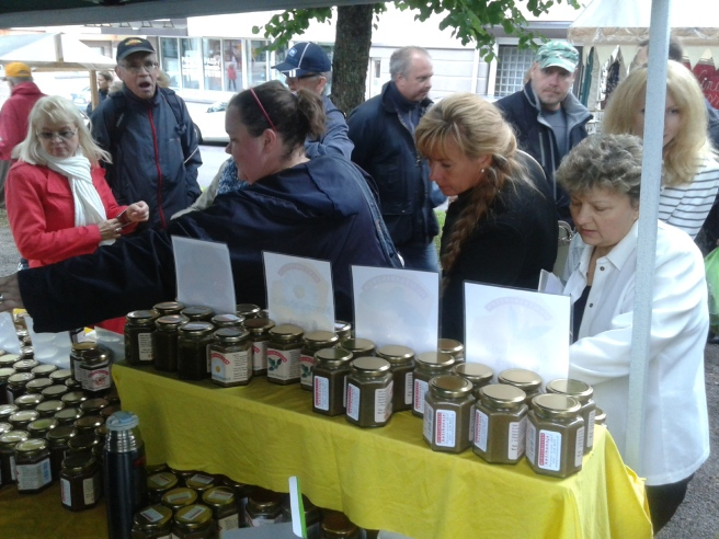 En delegation från Viborg smakar på olika sorter av honung.