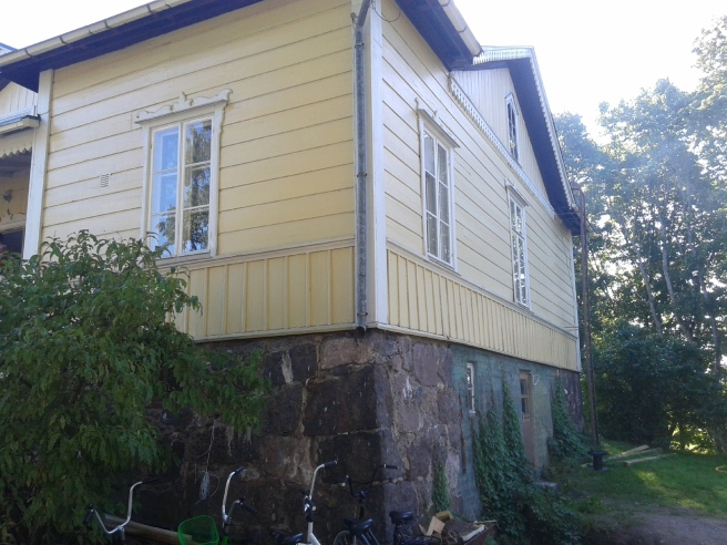 Ena kortändan av Villa Kuhlefelt. Imponerande stenfot inte sant?