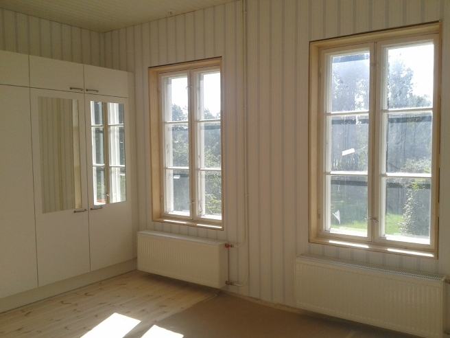 Se så vackert solljuset fyller ett av rummen.