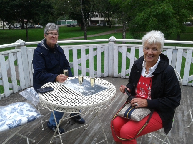 FasterAster och Inge-Maj på Kapellets terrass.