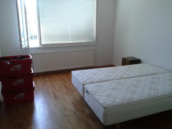 Och ni som följt min blogg vet att sängen ska stå mitt på golvet, inte med någon ända fast i väggen.