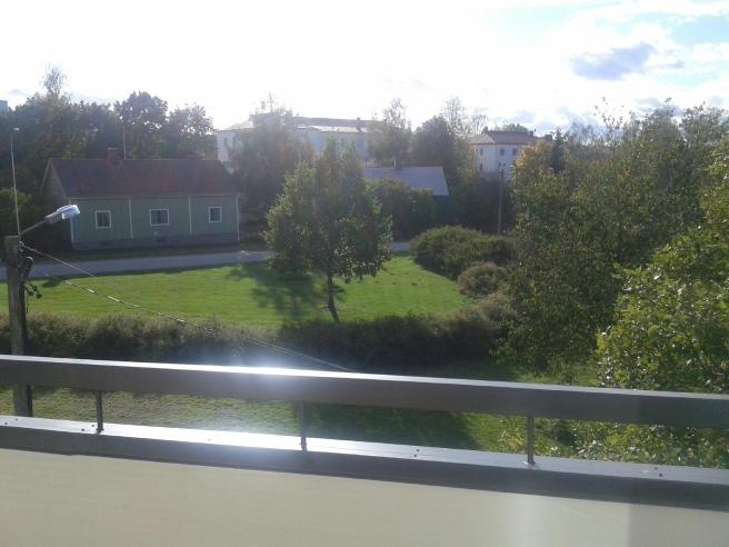 Snart skriver vi oktober månad och det är fortfarande grönt i parken nedanför min balkong.