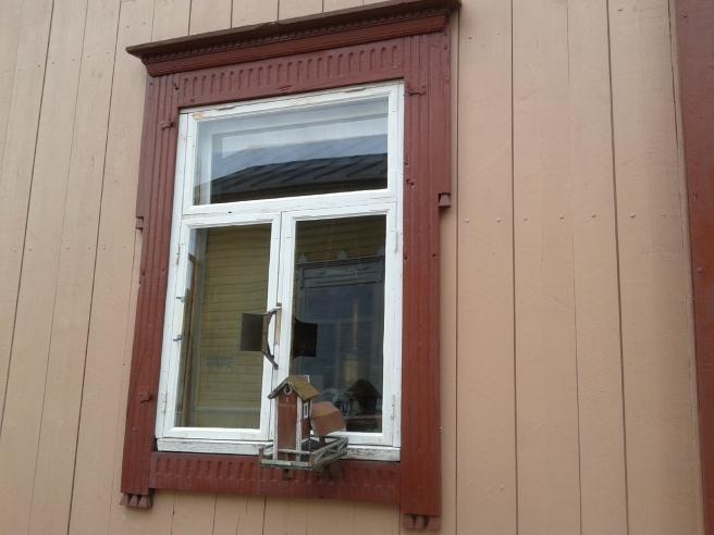 Ett av fönstren som vetter mot Tvärgränd.