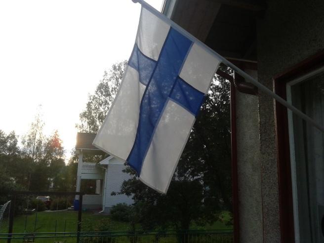 Kvällssol och vacker finsk flagga.