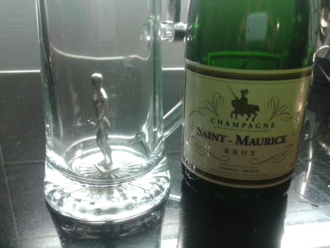 Gubbe i ena glaset och bubbel i det andra.