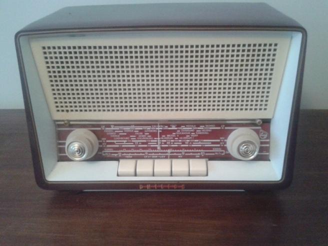 En gammal radio som jag inte kan använda men som får tjäna som prydnad.