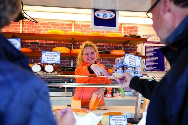 Iris Spoolder från Holland säljer ostar. Den två år gamla goudaosten är mångas favorit. Foto: Mariella Raevuori