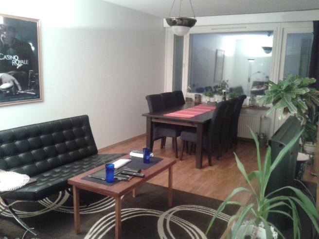 """Finskans """"olohuone"""" beskriver det här rummet bäst. Ett-rum-att-vara-i. Kallar det ibland sal, ibland vardagsrum."""