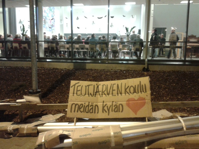 Demonstranterna har sökt sig in till salen men lämnat plakaten utanför. Foto: Carita Liljendahl