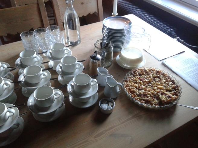 Och så blev vi bjudna på kaffe och en försvinnande god äppelpaj med vaniljsås.