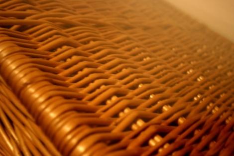Ett bord som består av en stor korg och en skiva i glas.