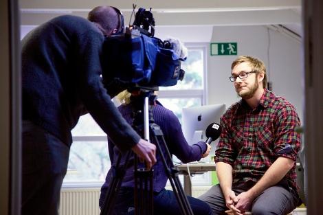 Kanalen Yle Fem filmar vår nyhetschef Max Nyberg. Foto: Lasse Lehtinen
