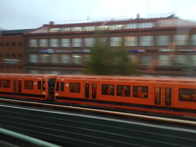 Metron kommer till Fiskhamen och jag är på väg mot Tågvägens hållplats.