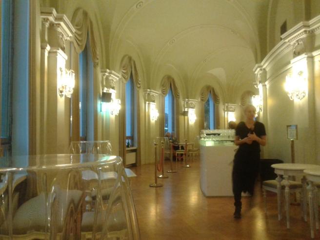 Här är det ännu ingen rusning i baren på Svenska Teatern men det blev det under pausen i musikalen.