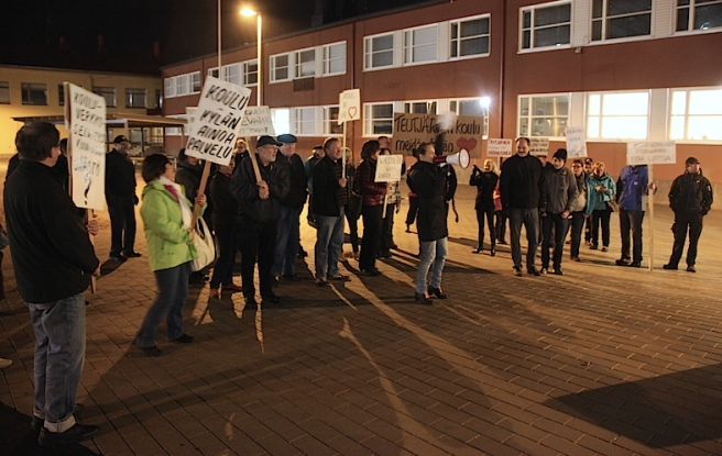 Elever, lärare, föräldrar och andra aktiva från Teutjärvi skola demonstrerar utanför fullmäktiges samlingsplats. Foto: Stefan Holmström/Östra Nyland