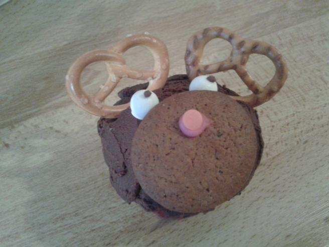 Jag köpte med mig hem en chokladmuffins med apelsinsmak. Renens nos är en pepparkaka, ögonen av godis och hornen salta kex.