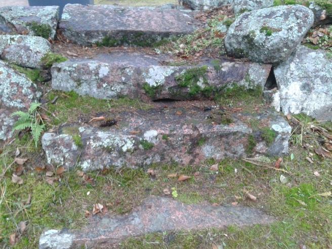 Trappor vid gamla kyrkogårdens mur.