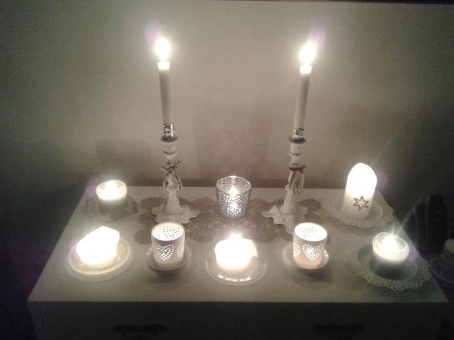 Ett av borden med levande ljus.