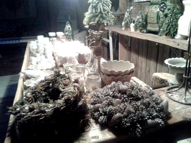 Kransar, ljus och andra dekorationer som gör julen fin på ett gammaldags sätt.