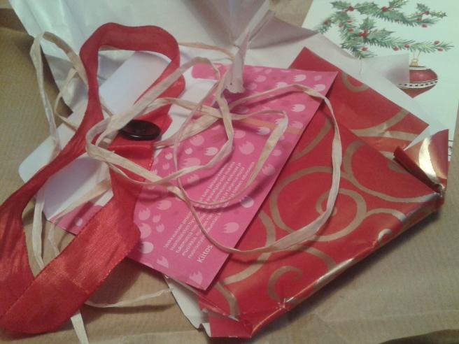 Resterna efter de öppnade paketen som innehöll en necessär, choklad och lotter. Tusen tack till er som gav mig paketen <3