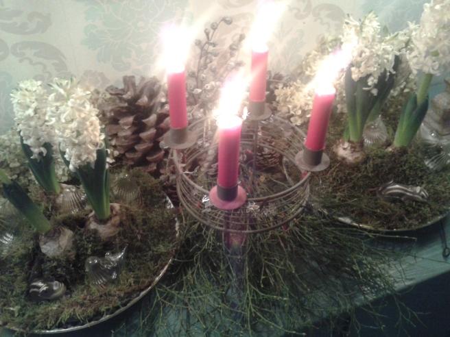 Familjen har lagt ner stor möda på att skapa stämning med blomsterarrangemang och levande ljus.
