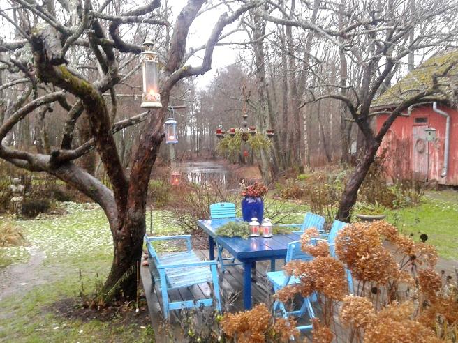Det är alltid vackert dekorerat också ute på gården vid Konungsdammen.