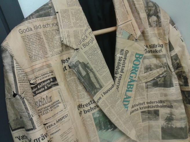 Fin jacka av gamla tidningsurklipp borde väl platsa på en tidningsfest?