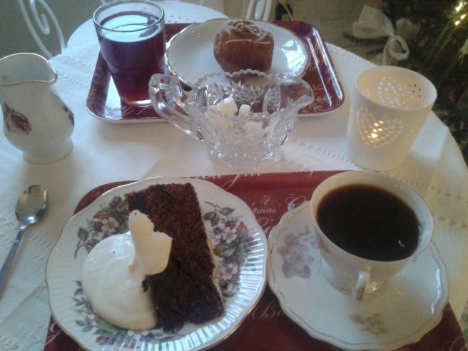 I förgrunden en kaka med smak av dadel, apelsin och choklad.