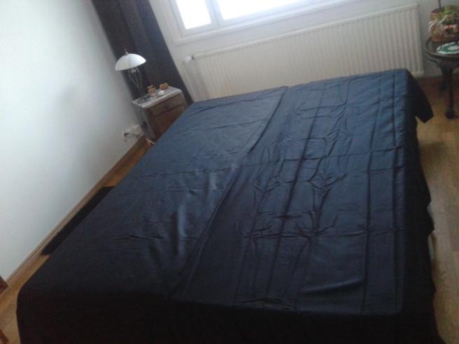 Sängen bäddad med nya svarta satinlakan.