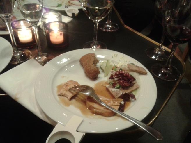 Väldigt god mat med varierande sallader och mört kött. Här har jag ju redan hunnit äta upp en del.
