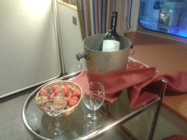 Älskar överraskningar och köpte en flaska vin med jordgubbar till hytten.