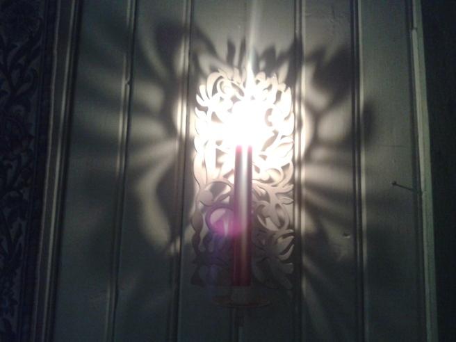 Stämningsfull lampett med levande ljus.