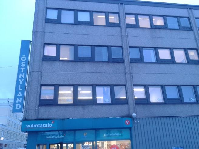 Här ligger vår redaktion i Borgå. Nya tidningen föddes 13 januari så det var raskt marscherat med tejpningen, så som det ska vara. Tidigare fanns namnet Borgåbladet på skylten och Bbl i fönstren.