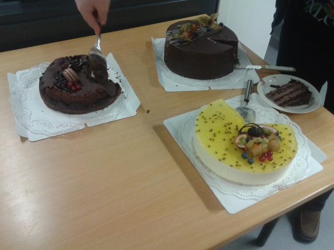 Som tack för att alla jobbat hårt i flera veckor, bland annat med produktion av två lokaltidningar och en ny regiontidning samtidigt, fick vi tårta!