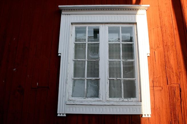 Ett fönster i ett gammalt hus på Smedsgränd.