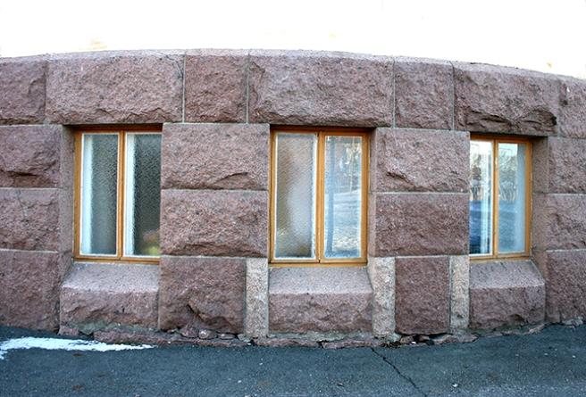 Några av Lovisa Gymnasiums många, många fönster.