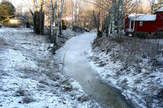 Nu är vattnet i ån delvis fruset. Efter snörika vintrar forsar här mycket vatten fram på våren. På sommaren påminner ån mer om en bäck.