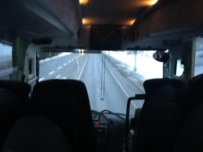 Nu har vi åkt cirka en timme. Via Orimattila mot Lahtis och nåt sånt...