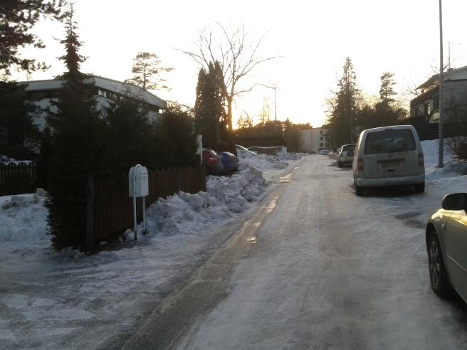 Har parkerat bilen och är på väg till M men det är inte hans hus som syns på bilden.