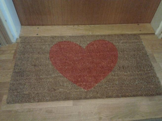 Välkomna hem till mig. Ny dörrmatta. Men borde hjärtat vara svängt åt andra hållet? Åsikter? För mig känns det mest naturligt att ha mattan så här.