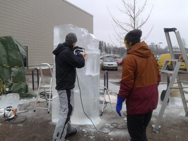 Vi startade shoppingrundan vid Konstfabriken och kunde där beundra män som skapade iskonst.